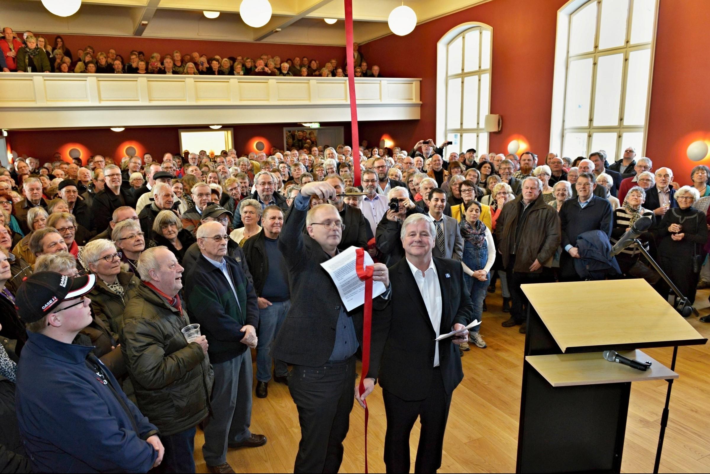Borgmester Bjarne Nielsen klipper den røde snor